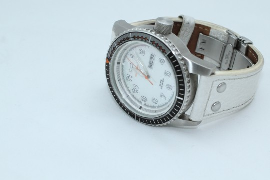 白い腕時計
