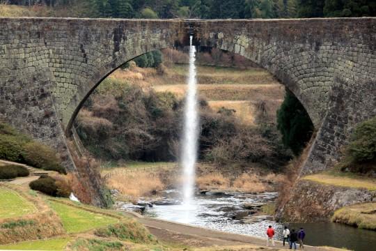 放水する通潤橋