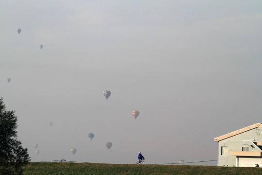 自転車と堤防と気球