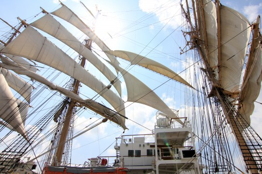 青い空と帆船
