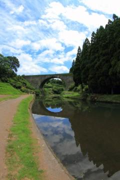 夏空と通潤橋