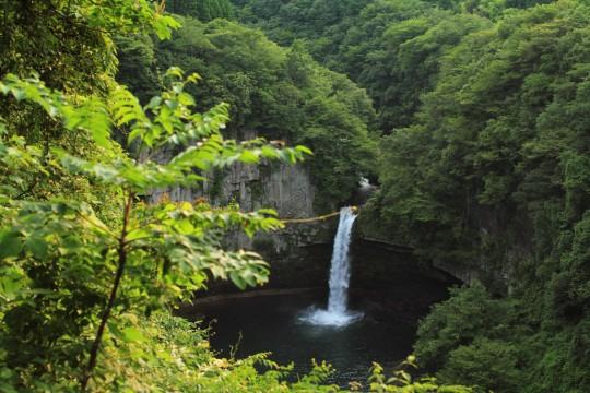 崖に囲まれた滝