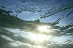 水中から見る太陽