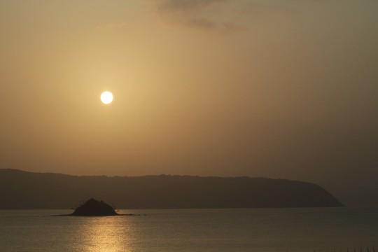 太陽と海と島