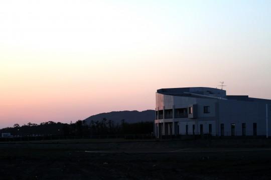 夕暮れの建物