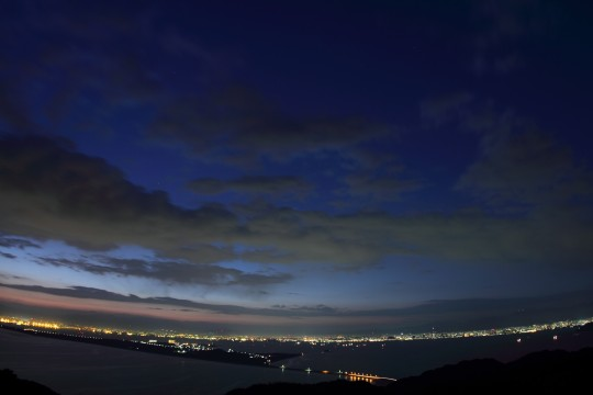 夜明けの街