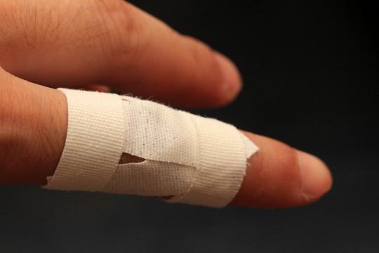 テーピングを巻いた指