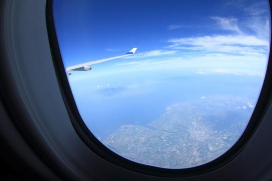 飛行機の窓から見える景色