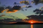 海に映る夕焼けと赤く染まる雲
