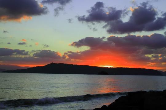 沈む夕日と海