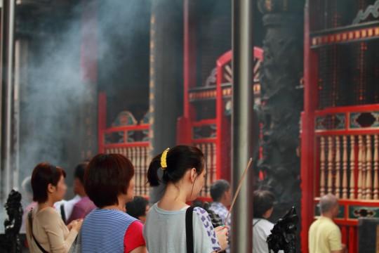 台湾のお寺でお参りする人々