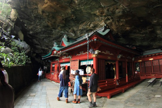 洞窟の中の神社
