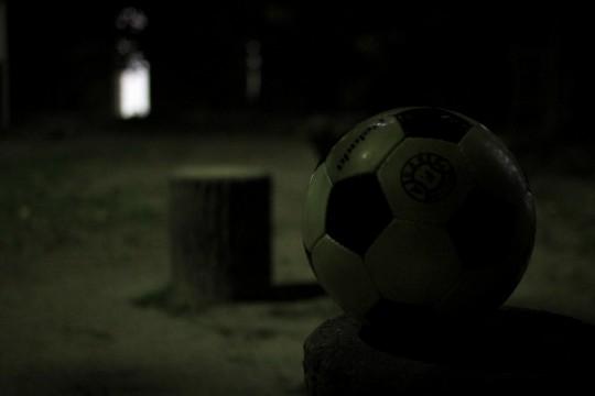 夜の公園とサッカーボール