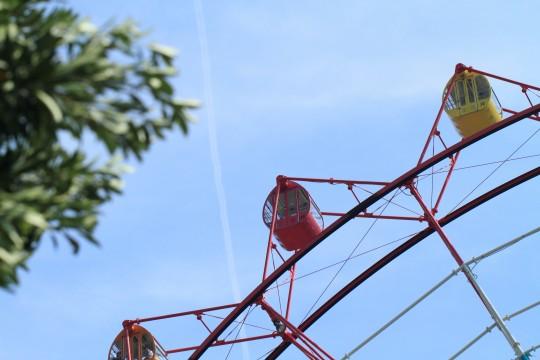 観覧車と飛行機雲