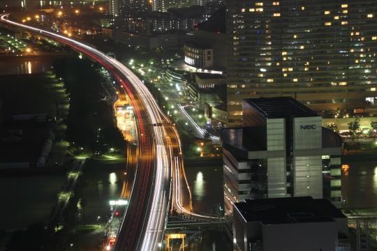 夜の高速道路