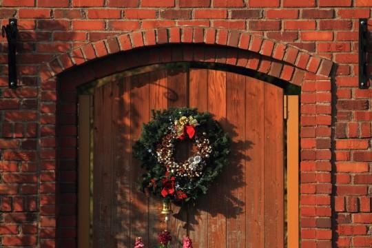 レンガ造りの壁とクリスマスリース
