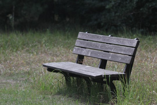 古びた木のベンチ
