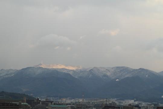 雪化粧した山と街