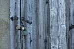 古い木の扉と錠前