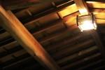日本家屋の梁と明かり