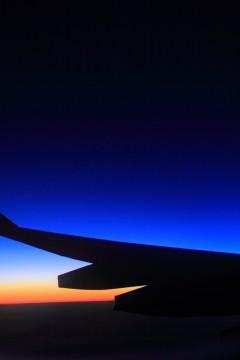 飛行機の窓から見た朝焼け