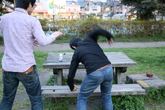ベンチを殴る男性と止める男性