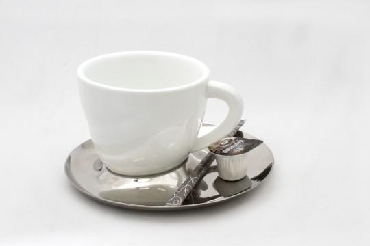コーヒーカップと銀のソーサー