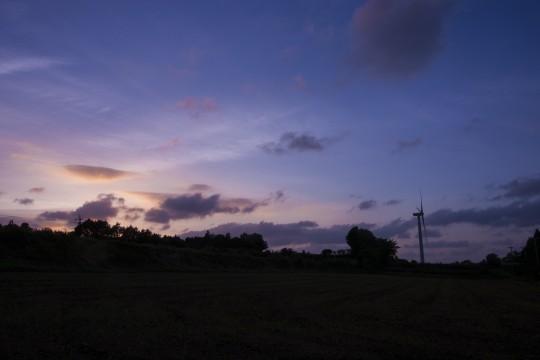 夕暮れ時の風力発電機