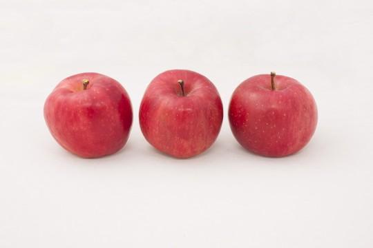 並んだ3つのりんご