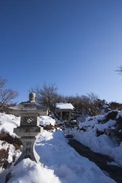 雪の積もった灯籠とお社