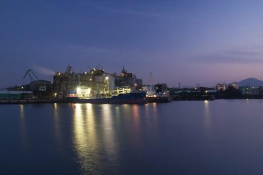夕暮れの船と海