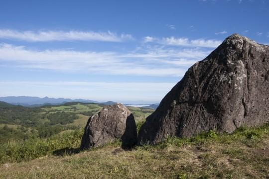 丘の上の巨石