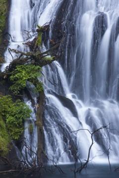 岩肌をつたい流れ落ちる滝