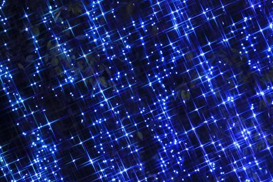 青いイルミネーションの光