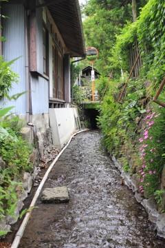 家の脇を流れる用水路