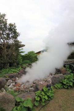 地面から吹き出る蒸気