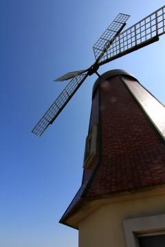風車小屋と青空