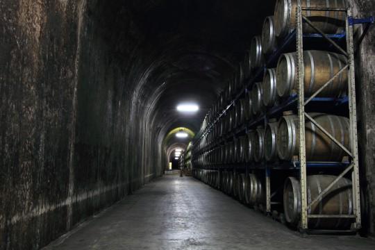 トンネルの中の焼酎樽