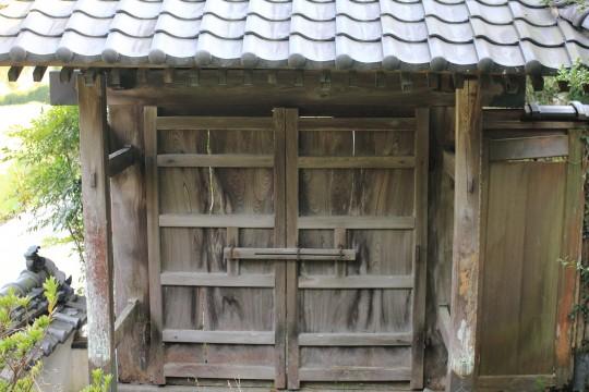 古びた日本家屋の門