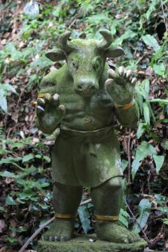牛の姿をした鬼の石像