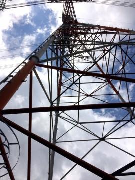 見上げた鉄塔