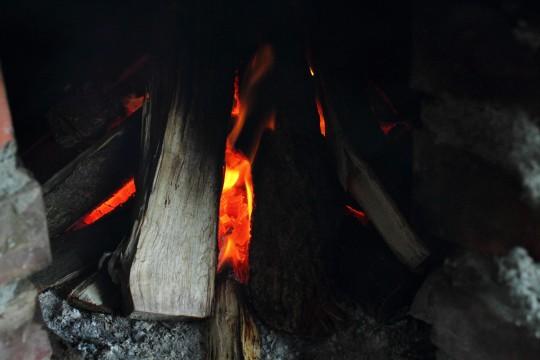 火のついた薪