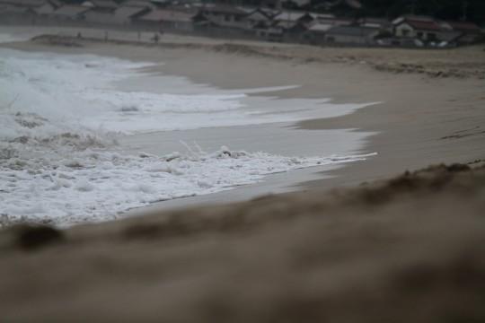 荒れた海の波打ち際