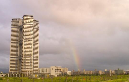 高層ビルと縦に伸びる虹