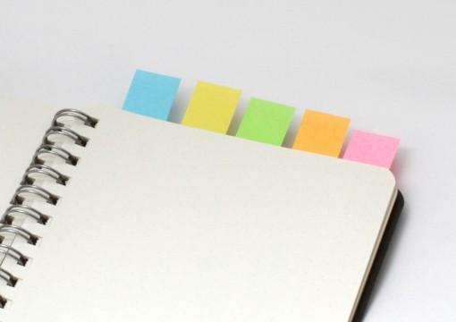 付箋が付いたノート
