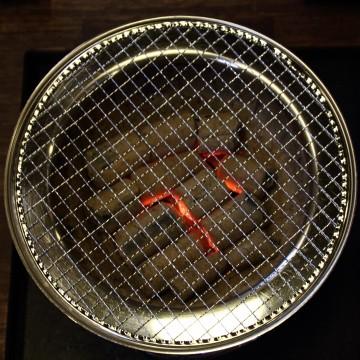 火のついた炭が入った七輪