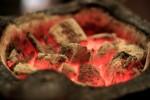 七輪の中で燃える炭火