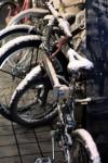 雪積もる冬の自転車置き場