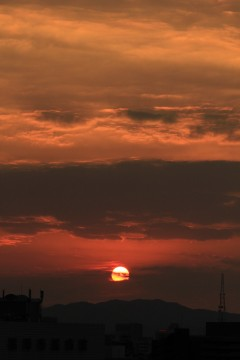 赤く染めながら沈みゆく太陽
