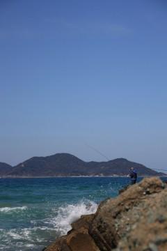 釣り人と海